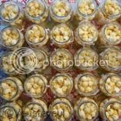 De traktatie potjes vullen we met popcorn