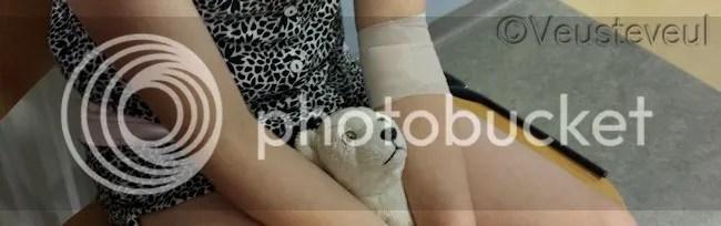 Ziekenhuis bezoek met knuffel en net geprikt