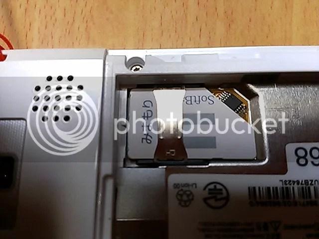 SIM下駄の高さのあるチップ部を避けるよう自分で隅をカットしたSIMカードとSIM下駄を740SCのSIMスロットに挿入