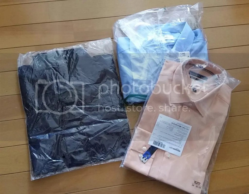米アマゾンで注文したシャツ2着(右)とAliExpressで注文した1着