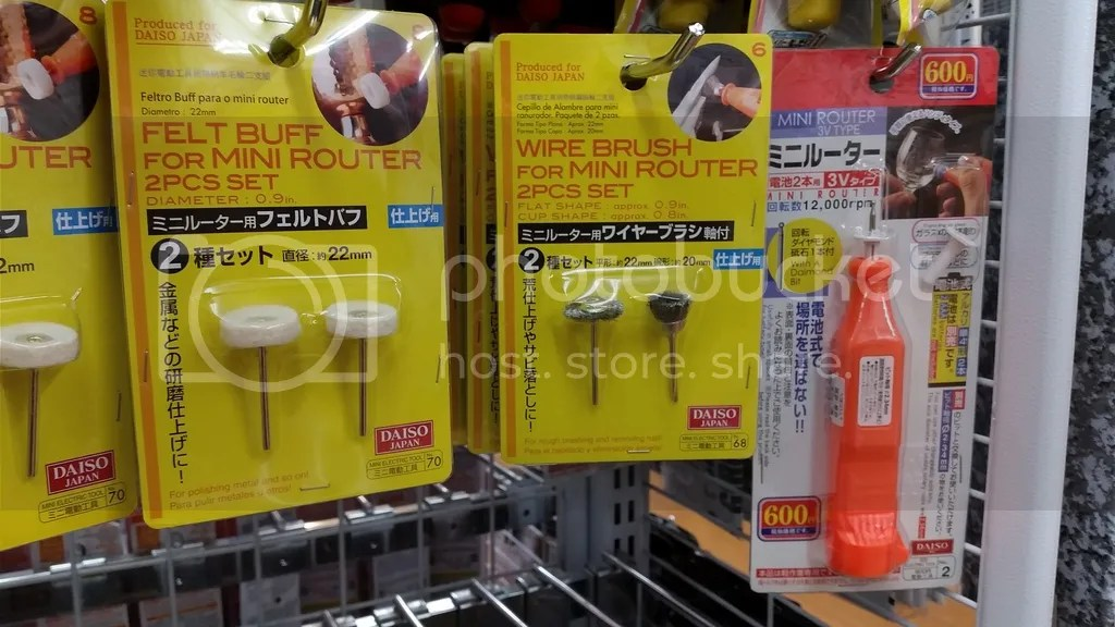 ダイソー某店にて「ミニルーター」(正確にはリューター)が600円で売っていた。横のワイヤーブラシアタッチメントと組み合わせればガス噴出口の詰まり除去に使える?