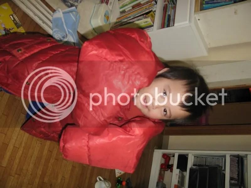 Kai sering minta dipakaikan jaketnya Riku sekarang. Jelas terlalu besar.... sampai dia jatuh-jatuh. Tapi ngga kapok tuh.