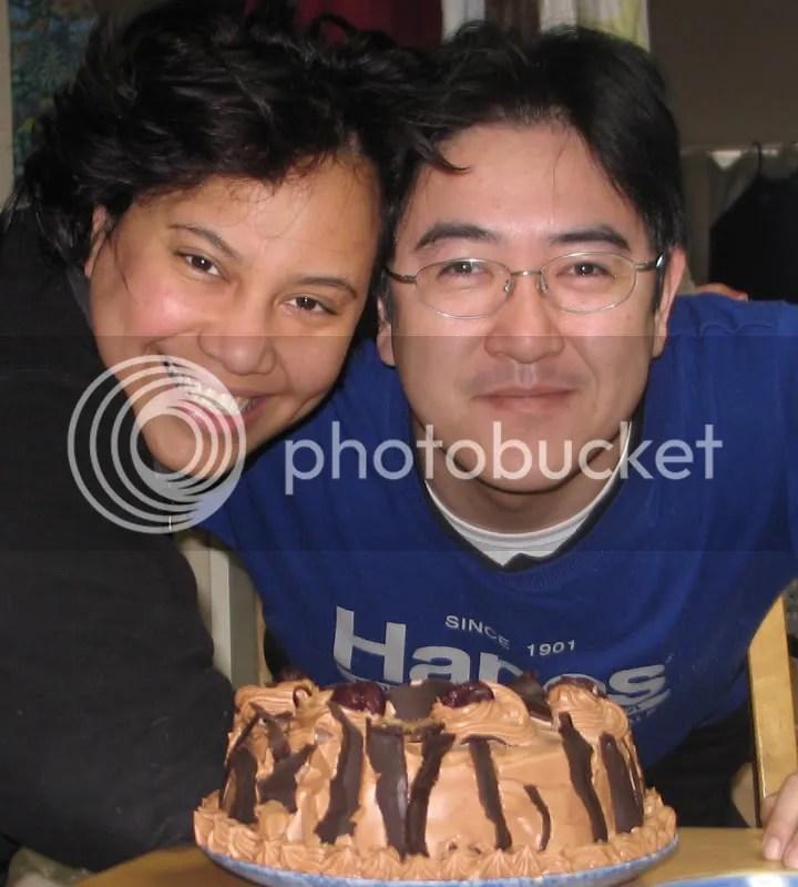 Bday 2007 foto diambil Riku (4th)...pagi-pagi masih kepet...liat kuenya aja deh buatan aku tuh... tahun ini malas buat kue hehhe..