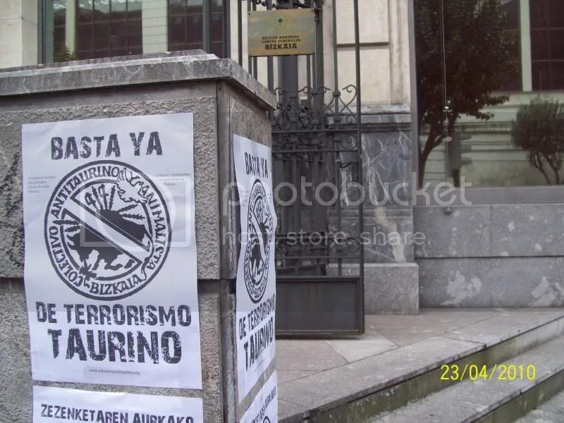 Los politicastros promotores de la violencia y el maltrato no puesieron buena cara al ver la cartelería contra el TERRORISMO TAURINO.
