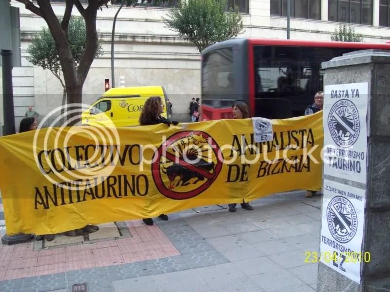 Los defesores del maltrato miraban para otro lado en cuanto veían la pancarta contra la tortura y los acusadores carteles.