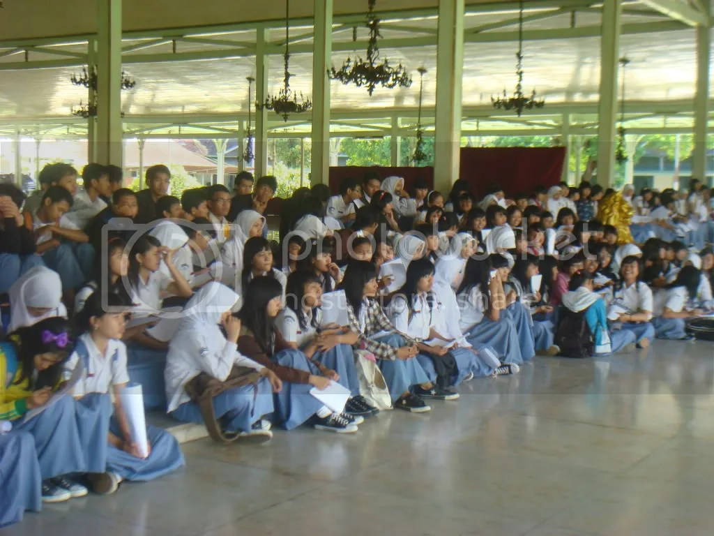 Siswa kelas XI mendengarkan pengarahan di pendopo mangkunegaran