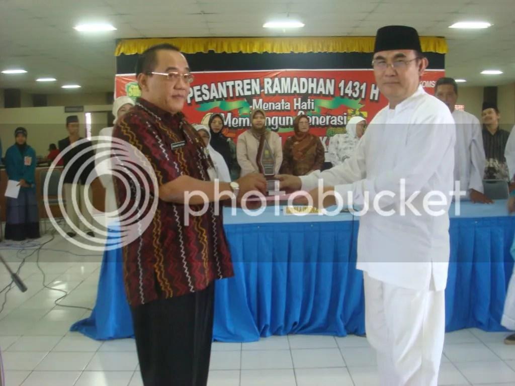 Penyerahan Cinera Mata Dari Kepala SMA Batik 1 Solo kepada Kepala Dinas Dikpora kota Surakarta
