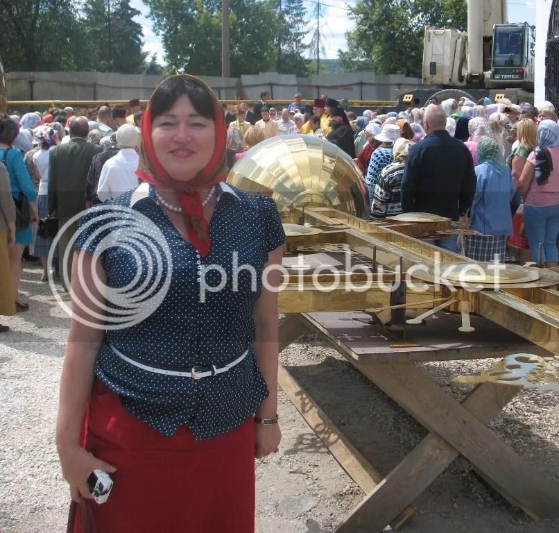 Надежда Осипова на установке куполов и креста на Красной Глинке