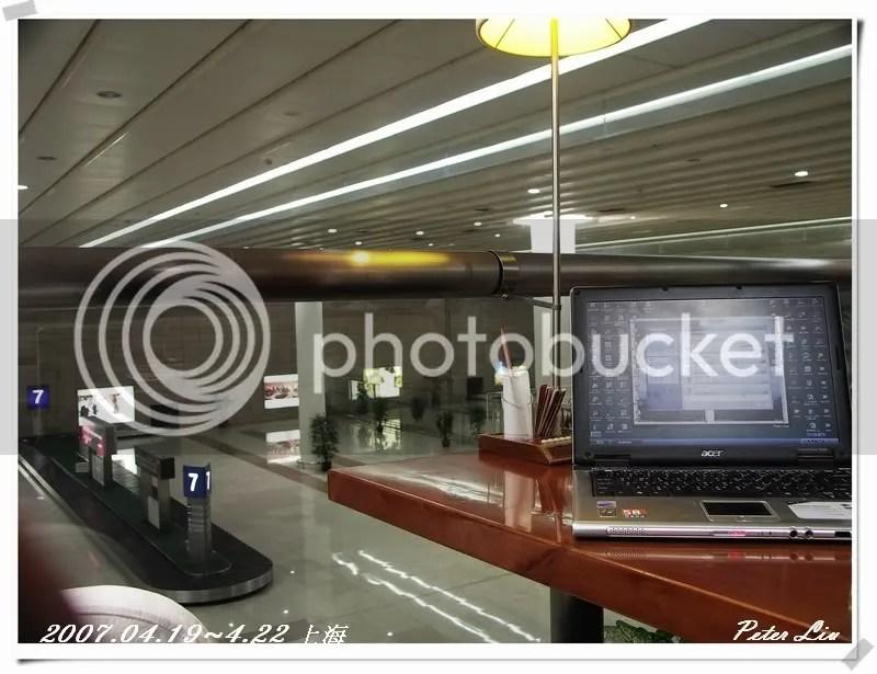 機場的休息室~ 可以看到領取行李的地方!!
