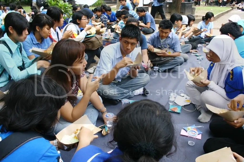 Para mahasiswa baru Komunikasi menyempatkan ngobrol dengan salah satu dosen ketika makan siang bersama.