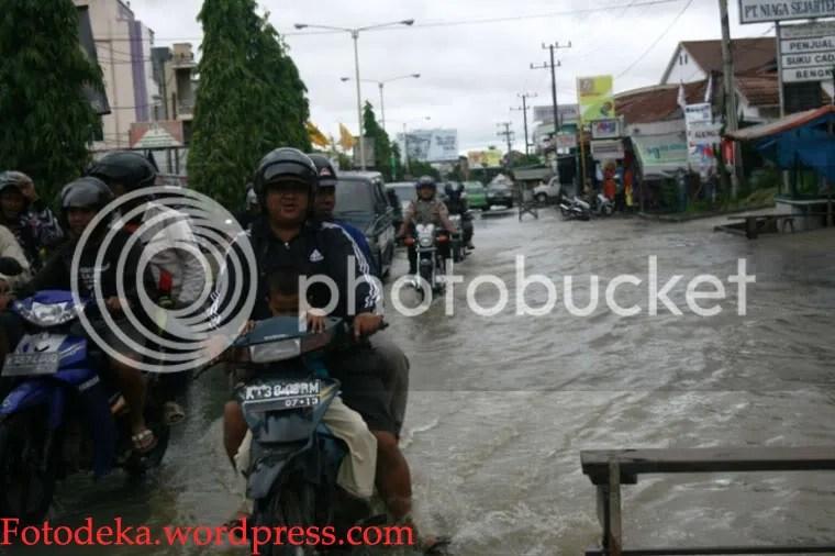 Kendaraan yang melintas jalan Antasari mesti berjalan berhati-hati.