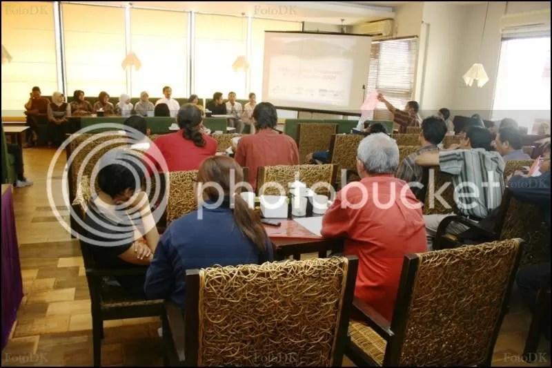Acara konfrensi pers ini hampir menjadi konfrensi persnya acara festival batik dan anggrek, maklumlah dibarisan penanggung jawab diisi oleh para kebanyakan pengurus batik dan anggrek