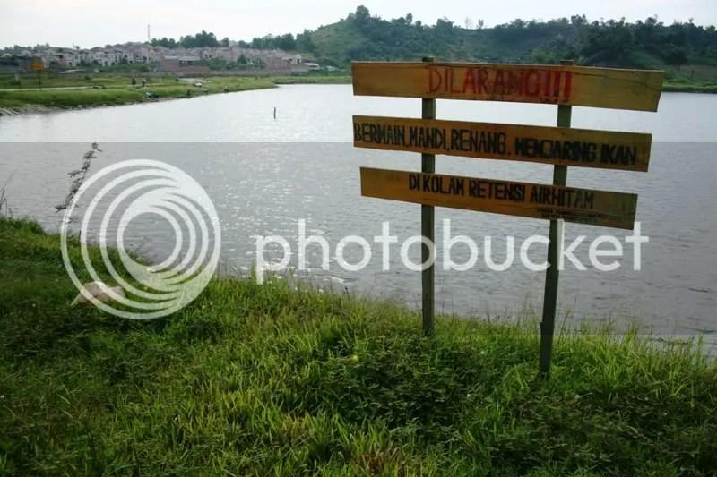 Walaupun sudah dipasang peringatan,masih ada saja orang yang memancing disini. Karena sempat ada korban jiwa karena tak bisa berenang.