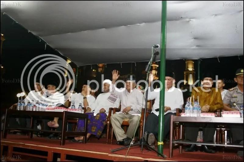 Di podium ini para pejabat yang hadir menyapa rangkaian pawai takbiran malam itu.
