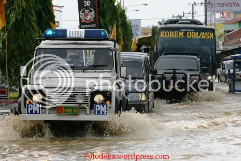 Iring-iringan kendaraan dinas KOREM Aji Suryanata saat melintas banjir di Jalan Antasari Samarinda(8/02)