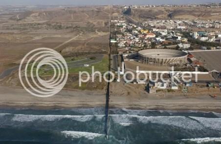 Resultado de imagen para tijuana beach border