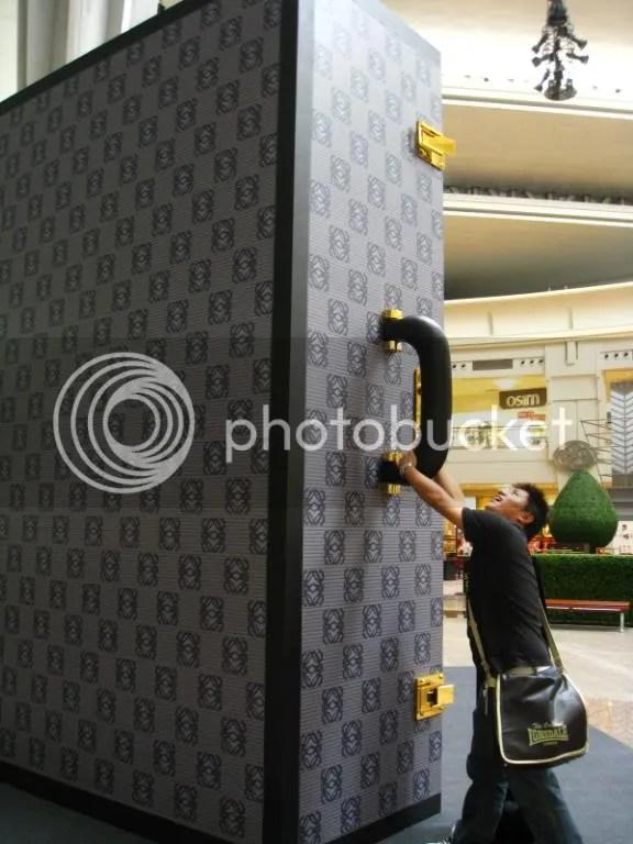 Biiiiiiig suitcase display hmm o.o