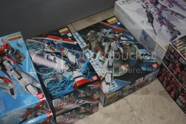 Ho ho ho, after grabbing one each for myself, theres only 1 Zeta and 2 RX-78-2 left in stock. Better hurry guys :P ahahhaha