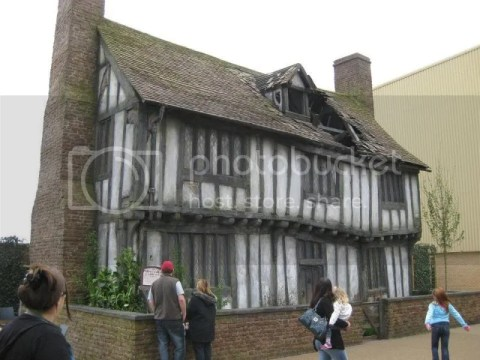 Anyway, if i didn't remember wrongly, for the first two movies, the house was real (belonging to dunno which estate), after that they recreated the house since they had to use it for other HP films.. photo 539878_10151056697456209_832917593_n.jpg
