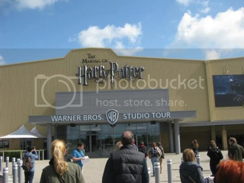 Finally reached the studios~ seems like you don't need a uniform to attend Hogwarts anymore =p photo 580059_10151056657091209_1556032727_n.jpg