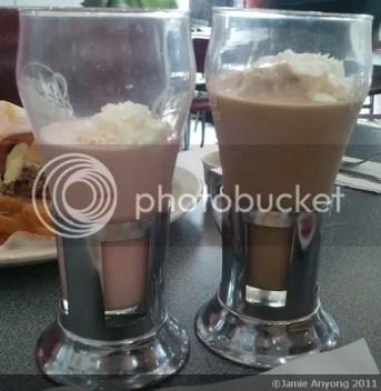 Johnny Rockets_strawberry and chocolate milkshakes