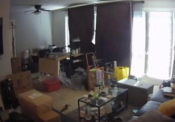 """La caméra de sécurité à domicile a envoyé une alerte au propriétaire après avoir détecté des """"mouvements"""" dans le salon"""