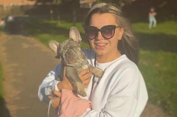 Paula posando com seu cão Carlos