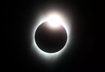 La luna descenderá a la oscuridad durante unos 15 minutos.