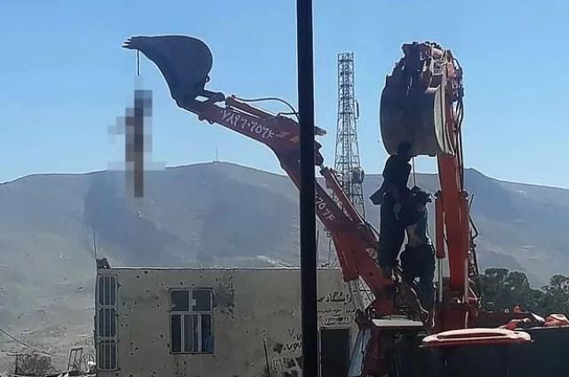 Les talibans suspendent les corps de trois hommes à des creuseurs lors d'une horrible exécution publique