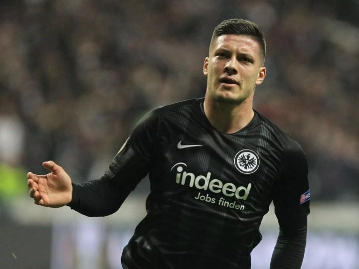 Jović esulta con la maglia dell'Eintracht | Numerosette Magazine