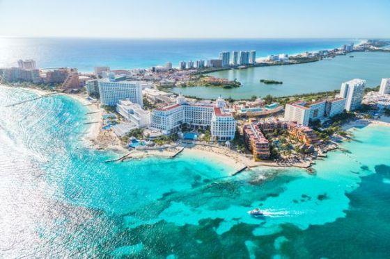 Εναέρια εικόνα των κτηρίων και του μπλε ωκεανού στο Κανκούν, Quintana Roo, Μεξικό