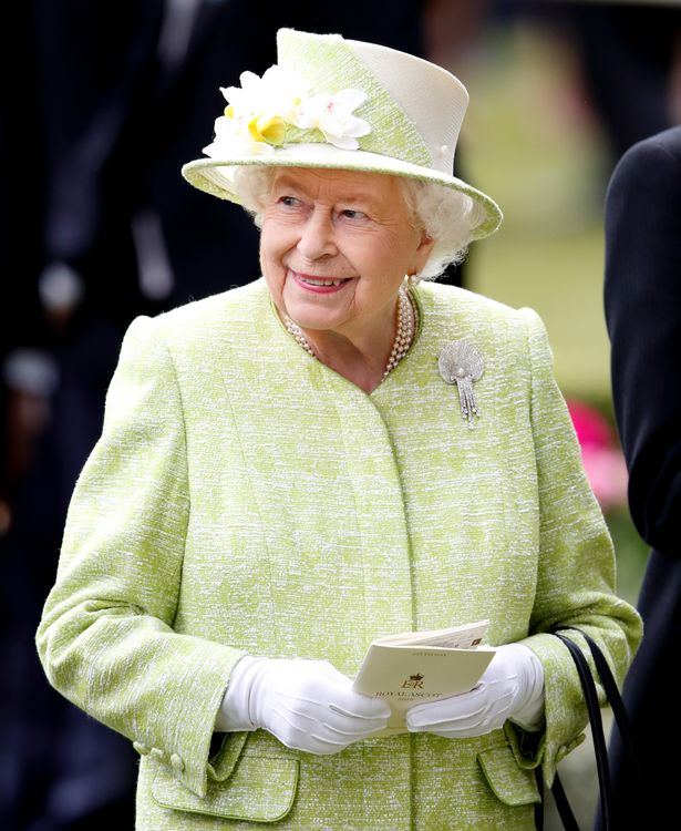 Queen in light green outfit