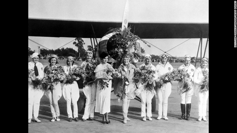 Group of female aviators in front of the plane that completed the world tour, in 1934. At the time, women worldwide caught the transatlantic fever and wanted to follow Charles Lindbergh's footsteps.