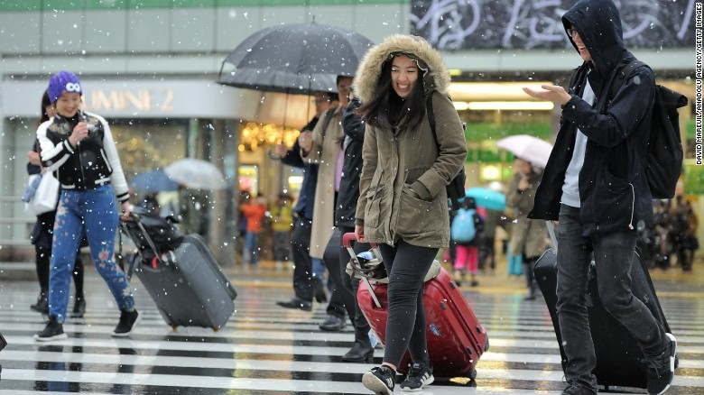 The unseasonal snow in Tokyo caught city dwellers by surprise.