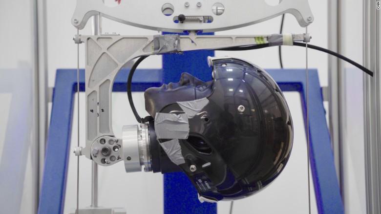 Os testadores soltam pesos diferentes nos capacetes D3O para descobrir quanta força o material pode absorver.