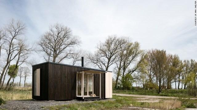 """I progettisti dietro & lt; a href = & quot; http: //ark-shelter.com/en/"""" Target = """"_blank"""" & Ark Shelter & lt; / a & gt; Ha creato una cabina prefabbricata che può essere installata senza fondamento. La struttura, che parte da $ 59.000, include tutto dal mobile al sistema di raccolta dell'acqua piovana e dal generatore di energia eolica. & Lt; br / & gt;"""