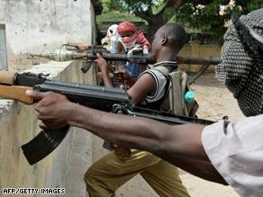 Islamist militants from the Hizb-al-Islamiya take positions at Wardhiglay Police station in Mogadishu on May 10, 2009