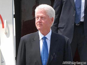 Former US president Bill Clinton arrives at Pyongyang airport.