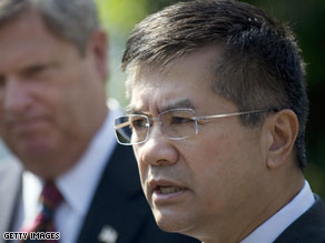 Secretary of Commerce Gary Locke has become the third cabinet member in the Obama administration to join Twitter.