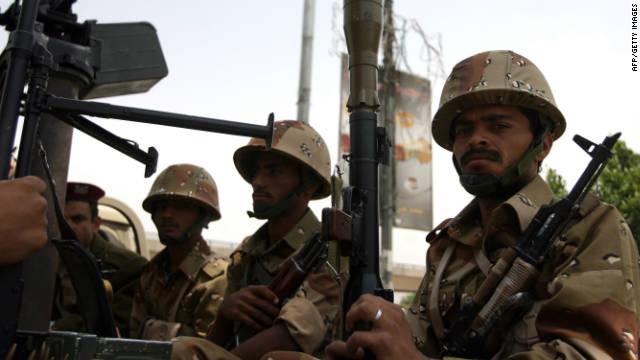 Soldados yemeníes se sientan en la parte trasera de un vehículo militar en Sana durante una manifestación contra el gobierno en agosto.