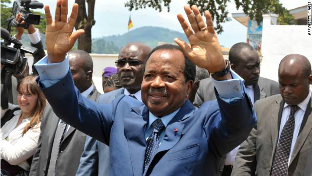 Recién elegido presidente de Camerún, Paul Biya, las ondas a los partidarios de la campaña a principios de este mes.