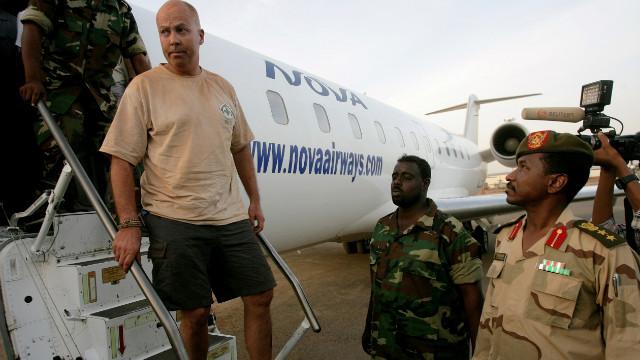 Uno de los cuatro extranjeros capturados durante la investigación de los restos de los recientes combates entre Sudán y el sur de Sudán en la zona del yacimiento Heglig el 28 de abril de 2012, se acompañó de un avión por parte de soldados sudaneses en Jartum.