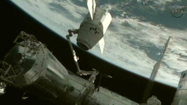 """Astronautas de la Estación Espacial entran en Dragón : """"Huele a coche nuevo"""""""