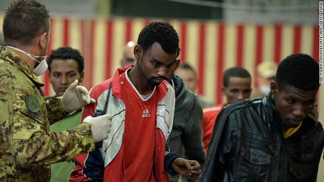 [Foto Archivo] Los migrantes son rescatados de la isla de Lampedusa el 25 de octubre de 2013.