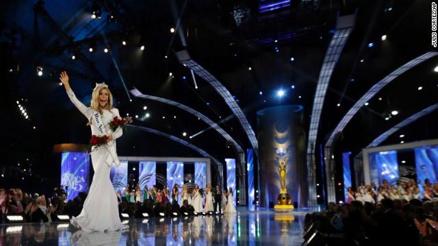 Miss América 2015 Kira Kazantsev camina la pista después de ser coronado durante el concurso Miss America en Atlantic City, Nueva Jersey, el domingo 14 de septiembre.