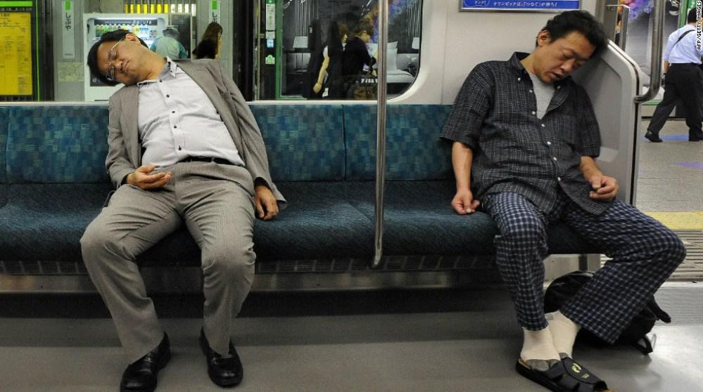 La metro di Tokyo - Dormire in treno è un'altra delle curiose abitudini giapponesi: hanno il potere di svegliarsi esattamente quando devono scendere!