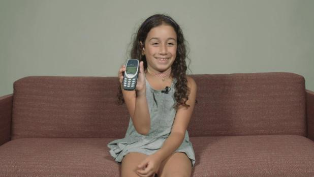 Kids vs 'dumbphones' from the 2000s