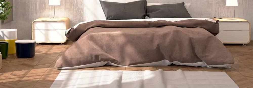 chambre beige avec linge de lit marron