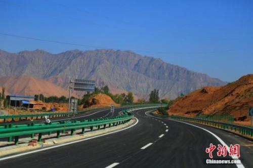 资料图:青海循隆高速公路建成通车,青海循化撒拉族自治县结束了没有高速公路的历史。 韩龙 摄