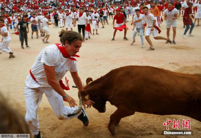 """惊险一幕!西班牙民众甘为公牛做""""脚垫"""""""